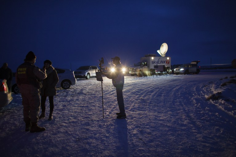 STANDOFF. Media gather outside the entrance of the Malheur Wildlife Refuge Headquarters near Burns, Oregon, January 3, 2016, where an armed anti-government group have taken over a building at the federal wildlife refuge, accusing officials of unfairly punishing ranchers who refused to sell their land. File photo by Rob Kerr/AFP