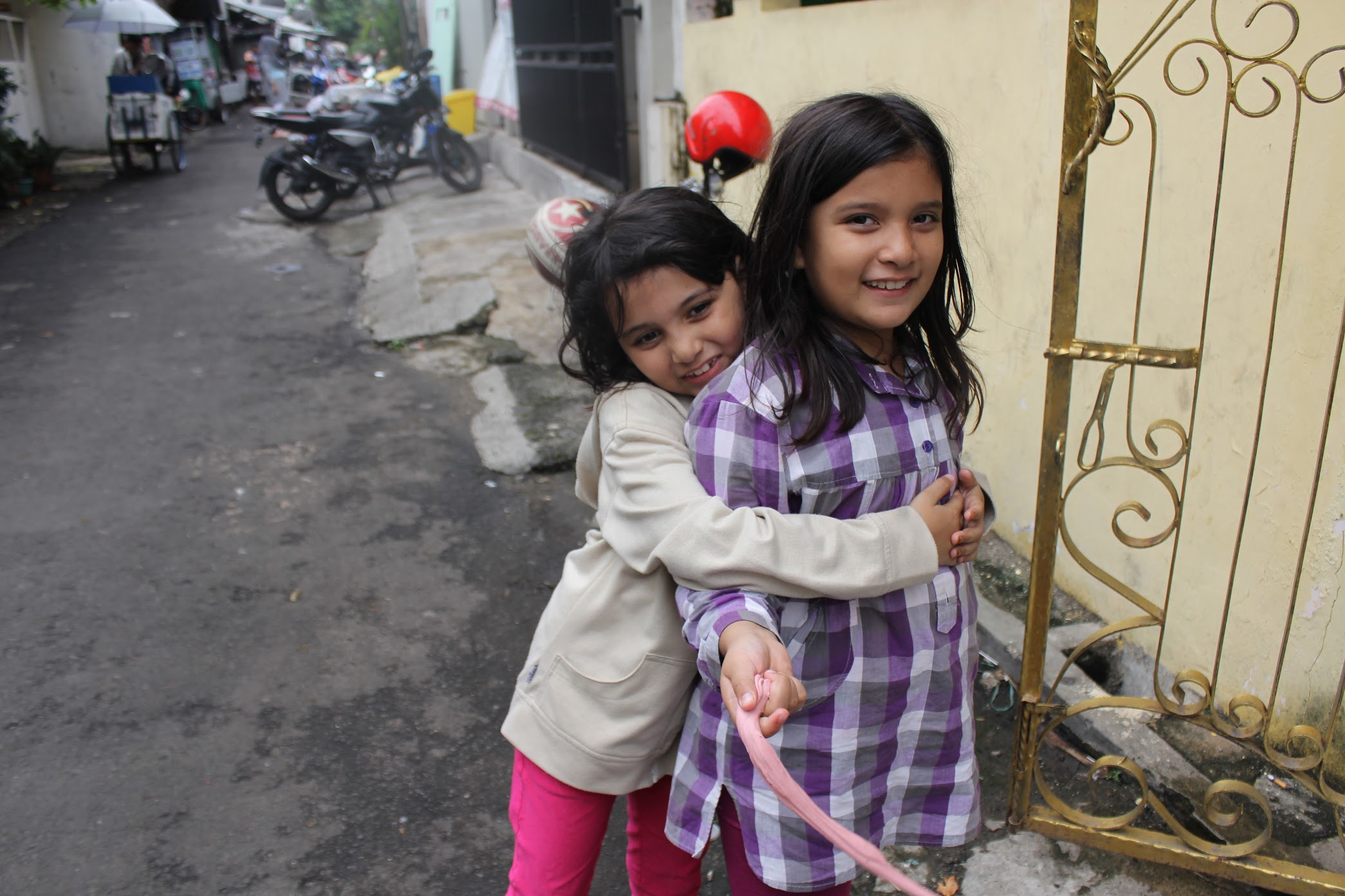 DREAMS. The two young girls wish they could go to school with their friends in the neighborhood. Photo by Han Nguyen/Rappler