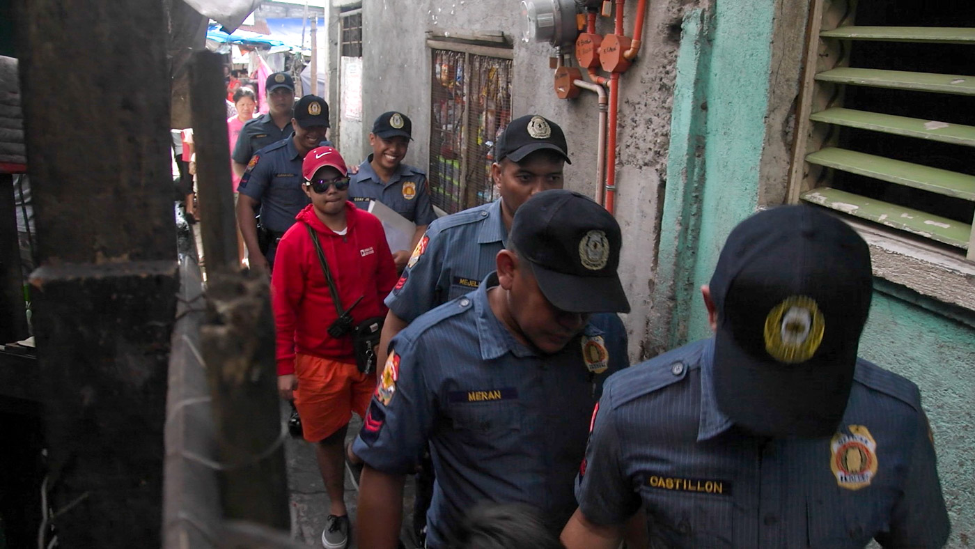 OPLAN TOKHANG. Cops go around Muntinlupa City to knock and plead with drug suspects to surrender. Photo by Adrian Portugal/Rappler