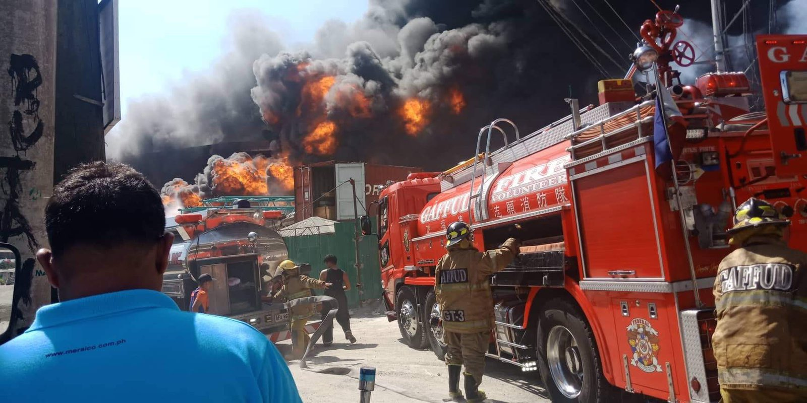PANDACAN FIRE. Firemen try to put out a huge fire at a warehouse in Pandacan, Manila, on February 1, 2020. Photo from Manila Public Information OfficeTwitter @ManilaPIO