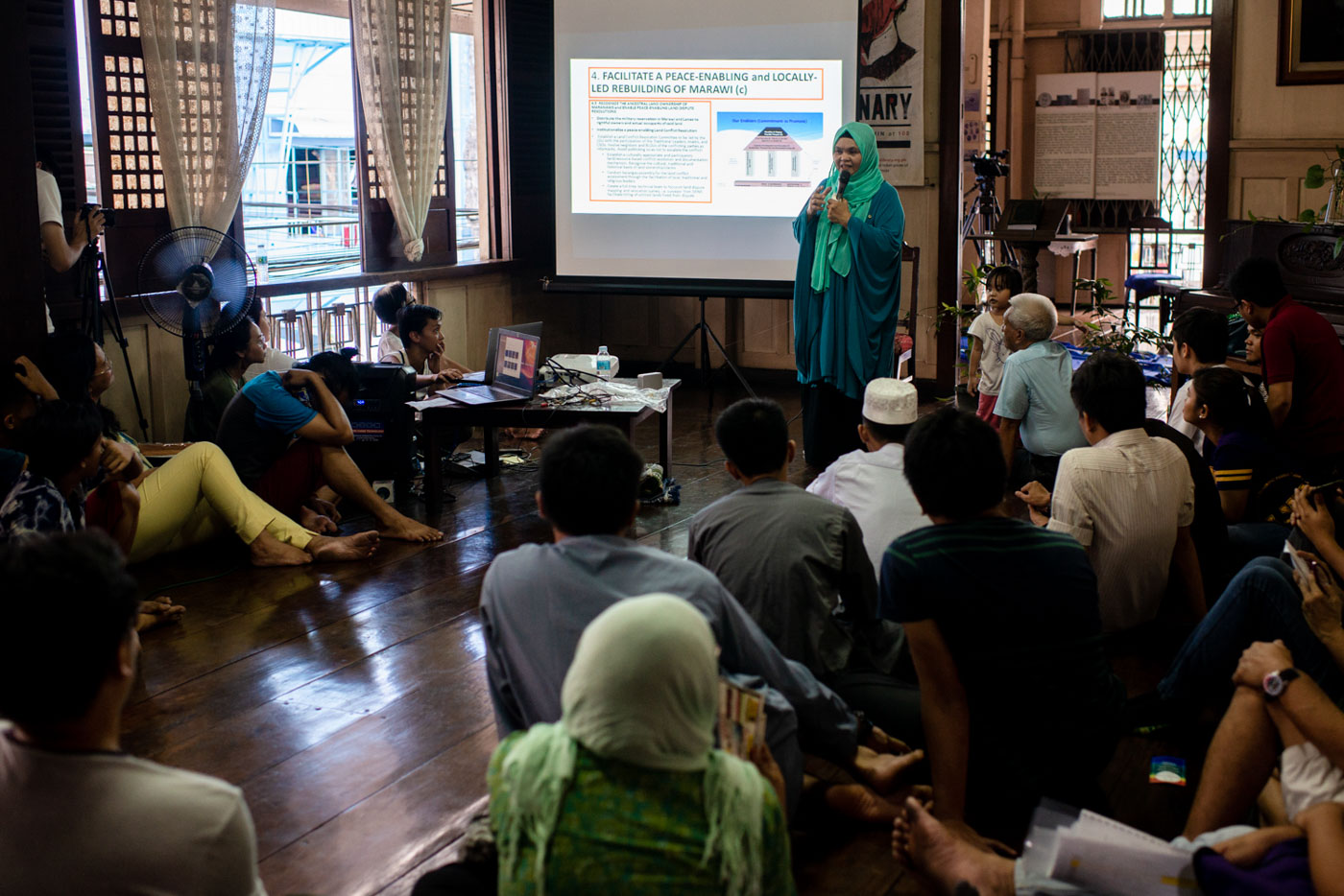 FORUM. Dr Potre Dirampatan-Diampuan shares her experiences in Marawi before fellow Muslims, and non-Muslims at Bahay Nakpil-Bautista in Quiapo, Manila. Photo by Eloisa Lopez/Rappler