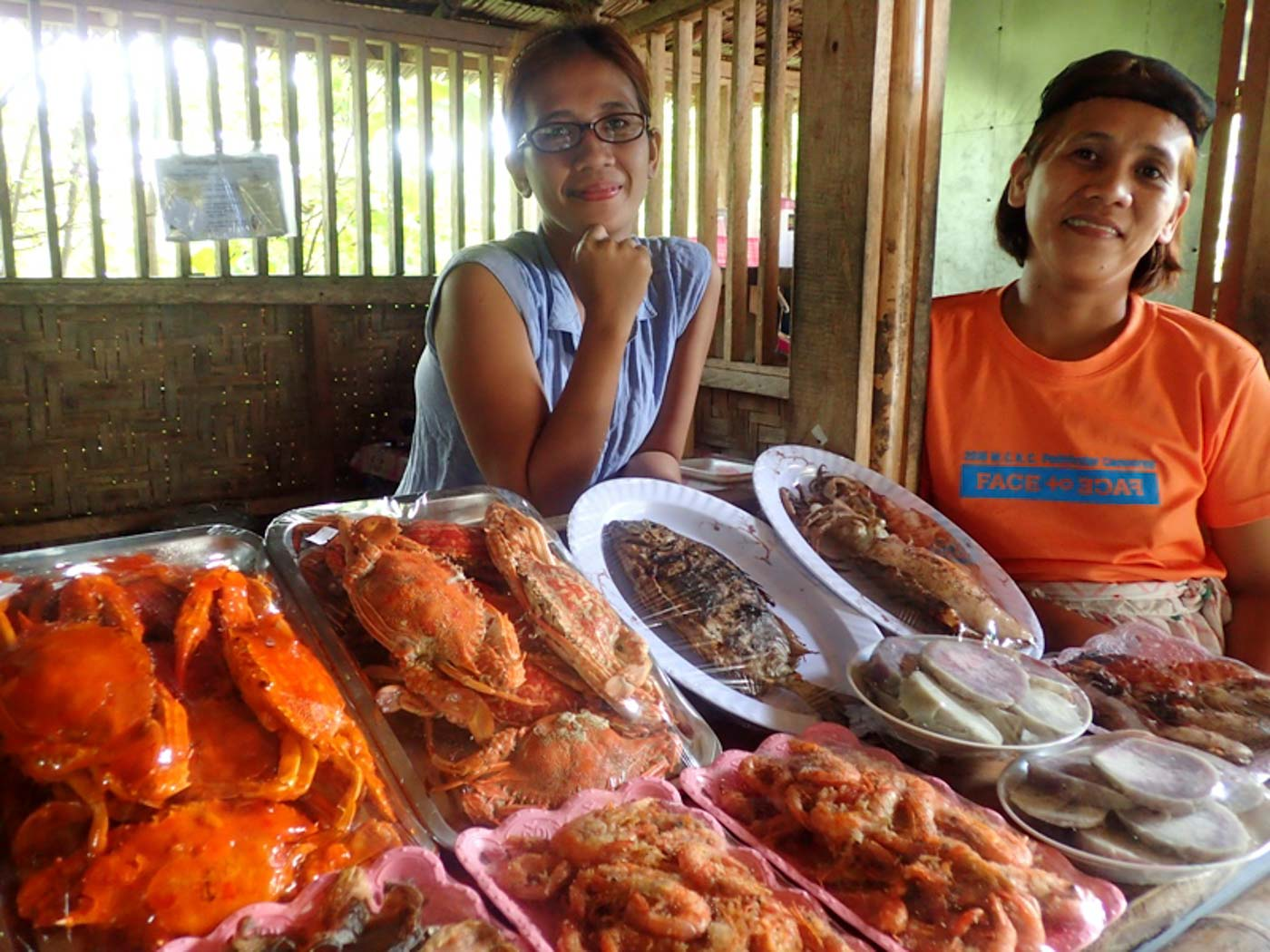 READY TO EAT. Uphill is the cooked food for sale. Photo by Claire Madarang/Rappler