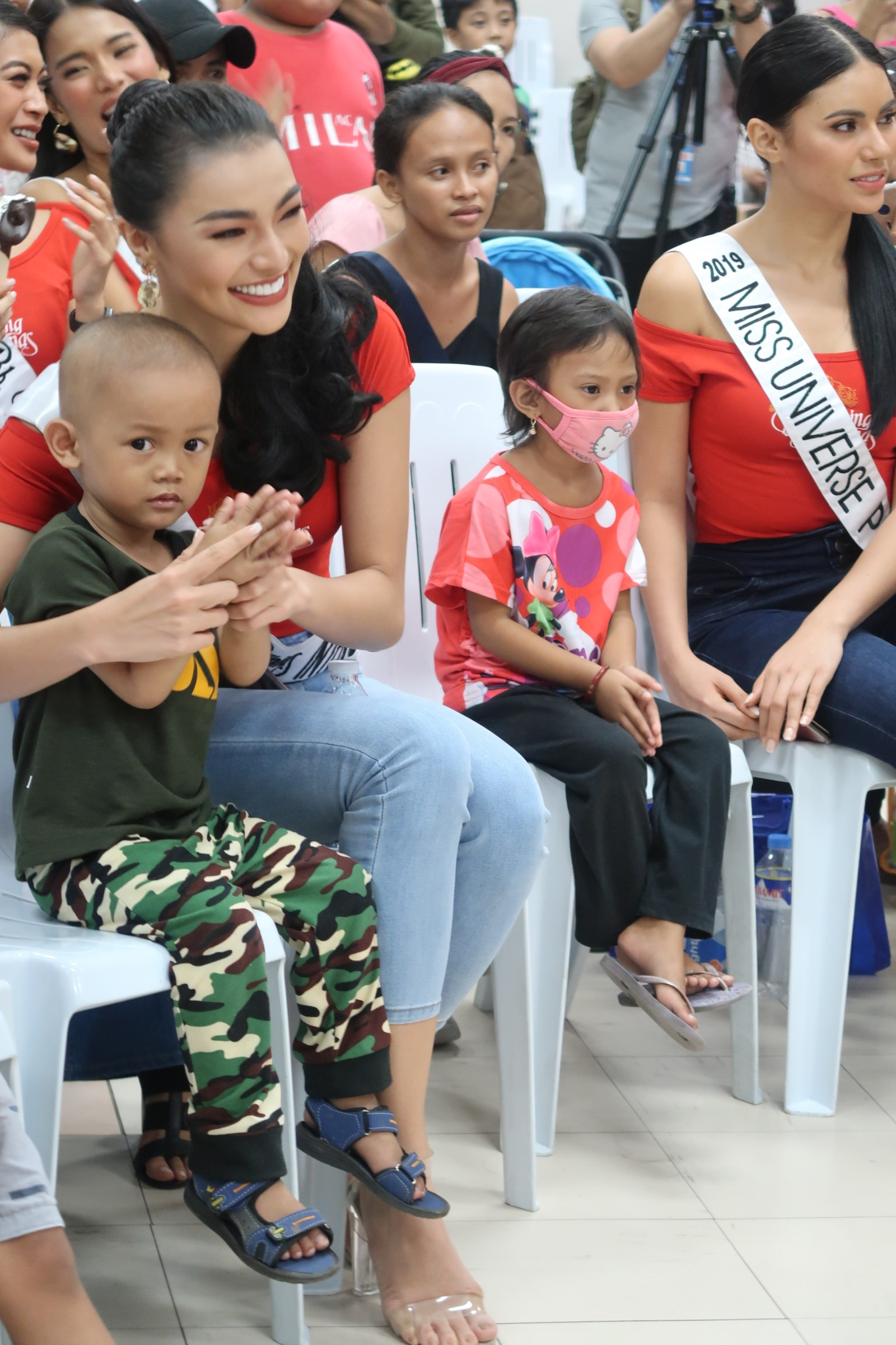 ATE TIME. Emma Tiglao and Miss Universe Philippines 2019 Gazini Ganados with some of the kids at the Philippine Children's Hospital.
