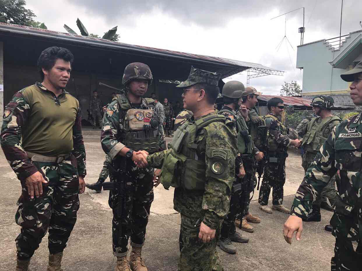 BATTLE AREA. AFP chief General Eduardo Au00f1o visits troop positions only 300 meters away from enemies. JTF Marawi photos