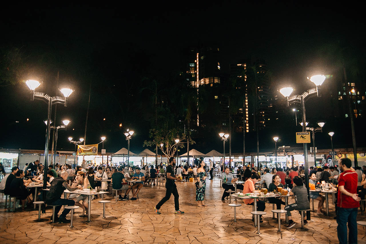 HAWKER CENTRE. Newton Food Centre is one of the many hawker stalls or open-air food courts found throughout the city. Photo by Paolo Abad/Rappler