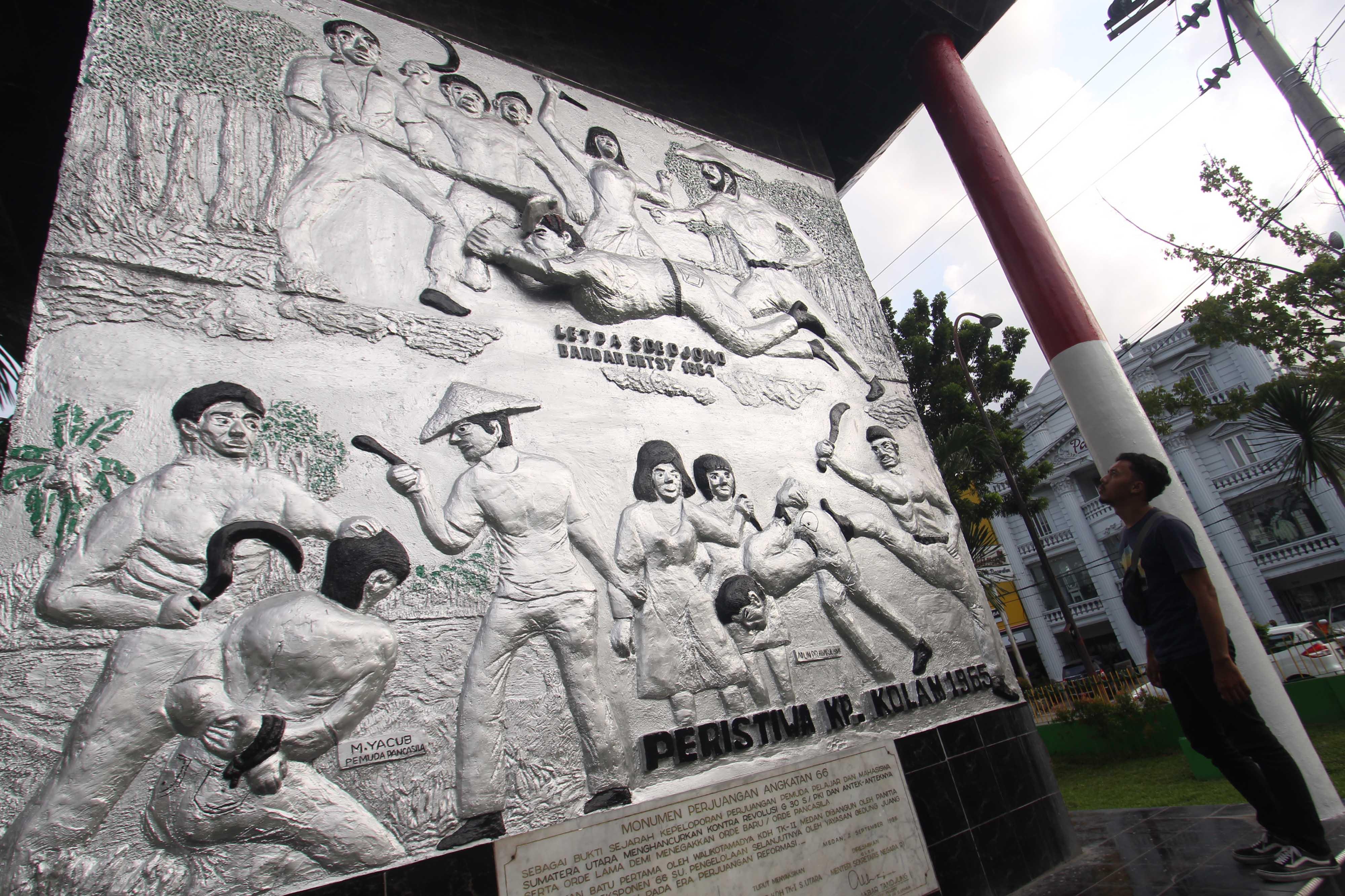 Monumen Perjuangan Angkatan 66 di Jalan Stasiun Medan, Sumatera Utara, berisi relief yang menggambarkan pemberontakan PKI di Bandar Betsy Simalungun dan Kampung Kolam Deli Serdang pada 1964 dan 1965. Foto oleh Septianda Perdana/Antara