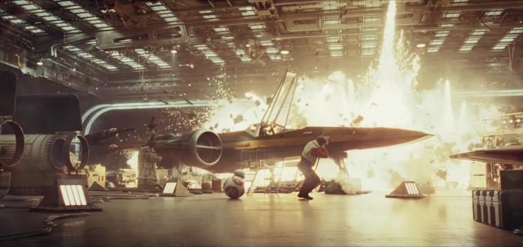 LEDAKAN. Pilot X-wing Poe Dameron (Oscar Isaac) dan BB-8 melindungi diri dari sebuah ledakan. Screenshot dari Youtube/Star Wars