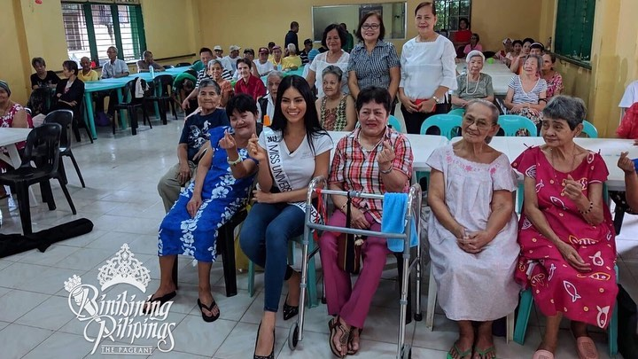 Gazini with some of the elders at the Luwalhati ng Maynila Home for the Aged. Photo from Bb Pilipinas
