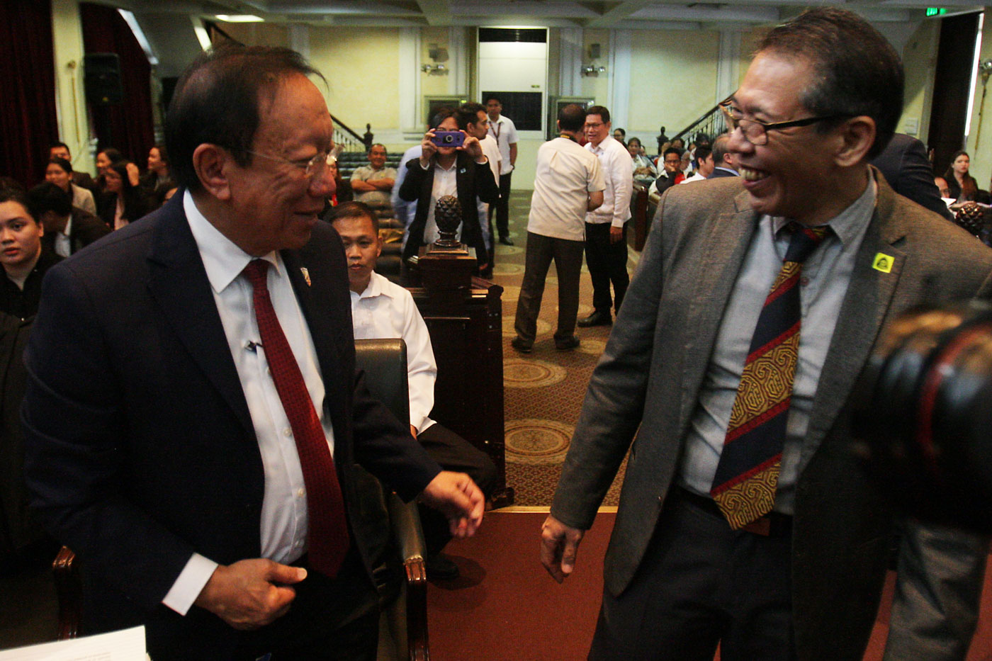 LAWYERS AND THE DRUG WAR. Solicitor General Jose Calida, who will be defending the government, shares a light moment with petitioner and human rights lawyer Dean Jose Manuel u0022Chelu0022 Diokno before the start of the oral arguments on November 21, 2017. Photo by Ben Nabong/Rappler