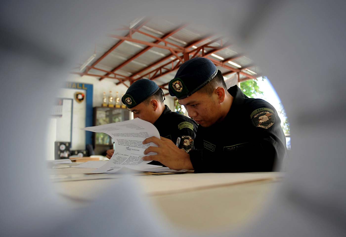 VOTING. Members of the Philippine National Police queue as they exercise their right to vote during the start of the local absentee voting at the NCRPO headquarters inside the Camp Bagong Diwa in Taguig City on Monday, April 29. Photo by Ben Nabong/Rappler