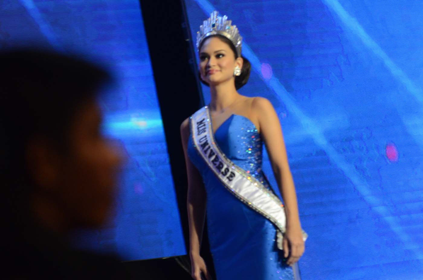 Pia stands tall at her homecoming special as fans look on. Photo by Alecs Ongcal/Rappler