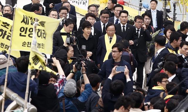South Korean president Park Geun-Hye (C, back) arrives at Jindo port, on Jindo Island, in the southwestern province of South Jeolla, South Korea, 16 April 2015. Jeon Heon-Kyun/EPA