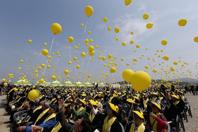IN MEMORIAM. South Korean people fly yellow balloons for Sewol ferry sinking victims to mark the one year anniversary since the disaster, at Jindo-port, on Jindo Island, in the southwestern province of South Jeolla, South Korea, 16 April 2015. Jeon Heon-Kyun/EPA