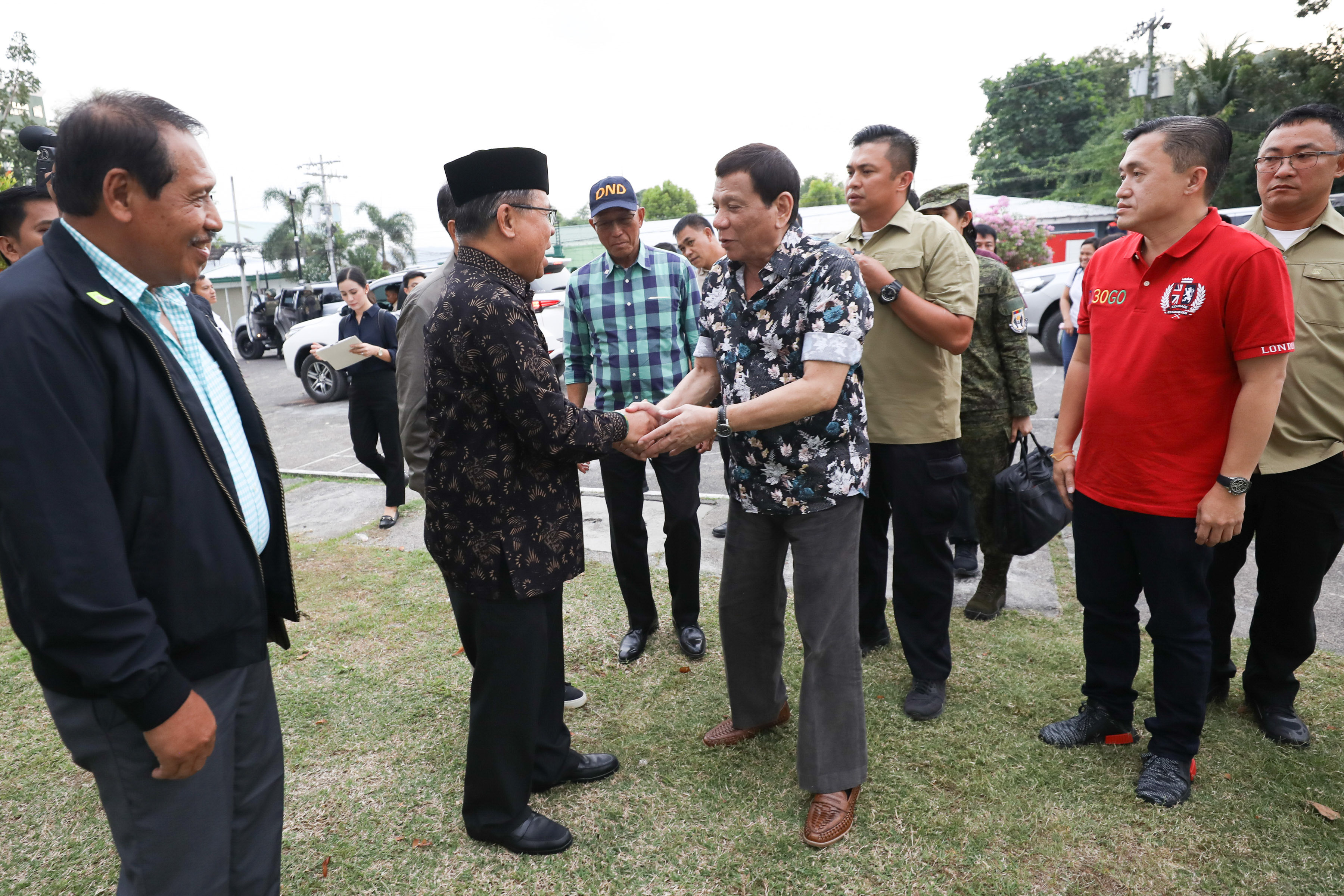 HELPING HAND. President Rodrigo Duterte is welcomed by Moro Islamic Liberation Front Chairman Murad Ebrahim upon his arrival at the Shariff Kabunsuan Cultural Complex in Cotabato City on his way to attend the Peace Assembly for the Ratification of the Bangsamoro Organic Law. Malacau00f1ang photo