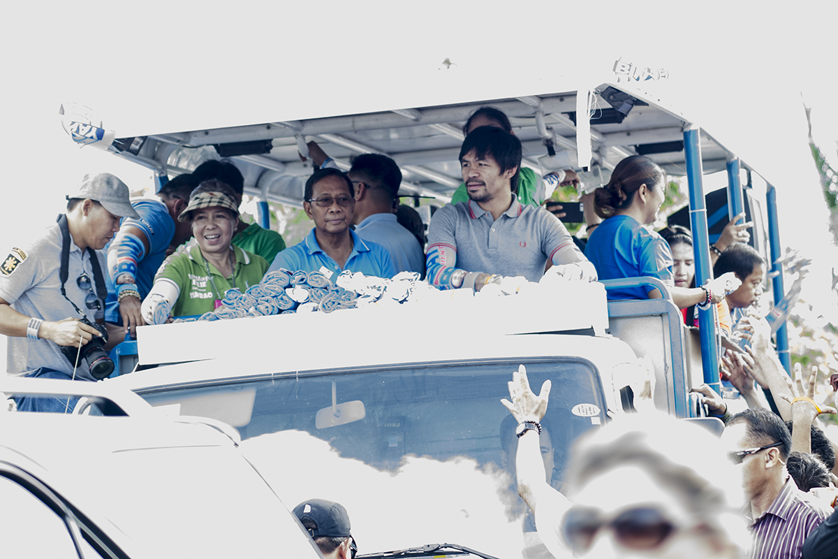 ALMOST THERE. Binay campaigns in Navotas City on May 6. Photo by Rob Reyes/Rappler