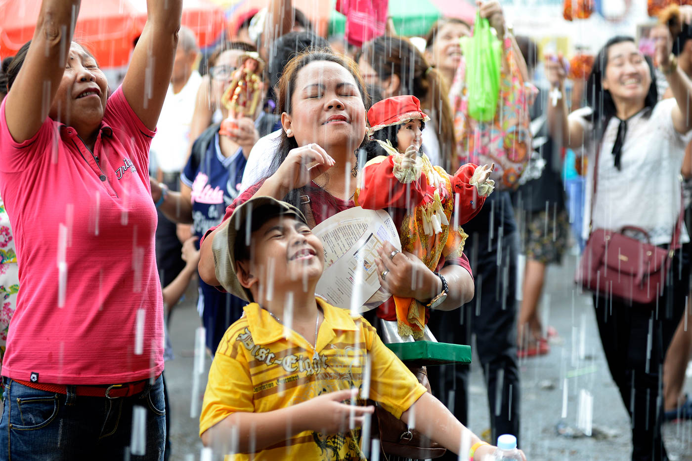 OUTPOURING OF BLESSINGS. Devotees get drenched in holy water as they have their Santo Niu00f1o images blessed outside the Santo Niu00f1o de Tondo Church in Manila on January 21, 2018. Photo by Maria Tan/Rappler
