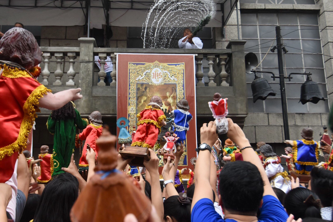 FIESTA RITUAL. Priests and their assistants sprinkle holy water on Santo Niu00f1o images during the Feast of the Santo Niu00f1o on January 21, 2018. Photo by Angie de Silva/Rappler