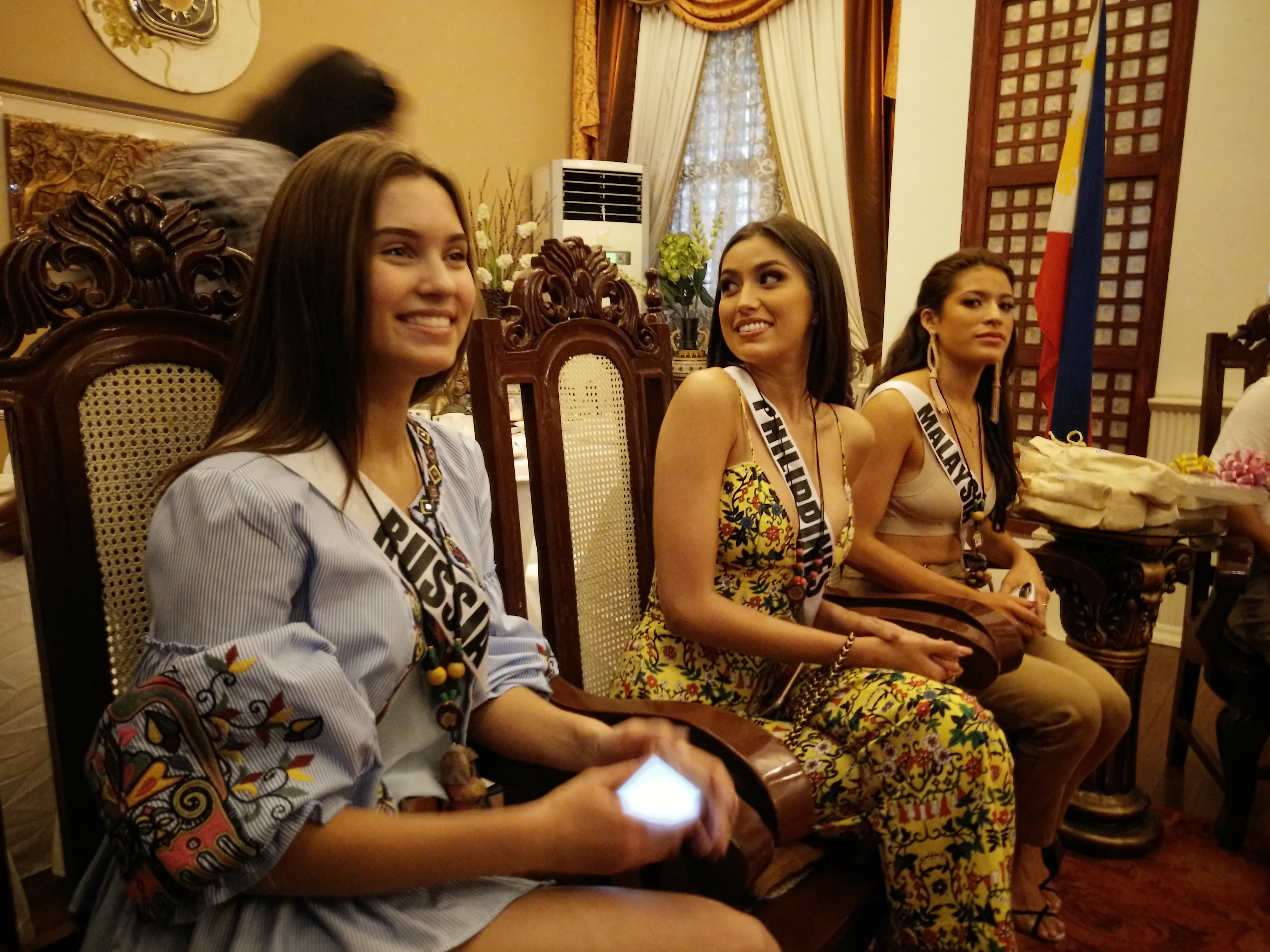 Rachel Peters with Russia's Kseniya Alexandrova and Malaysia's Samantha James are given an official welcome in Bohol. Photo by Mike Ortega Ligalig/Rappler