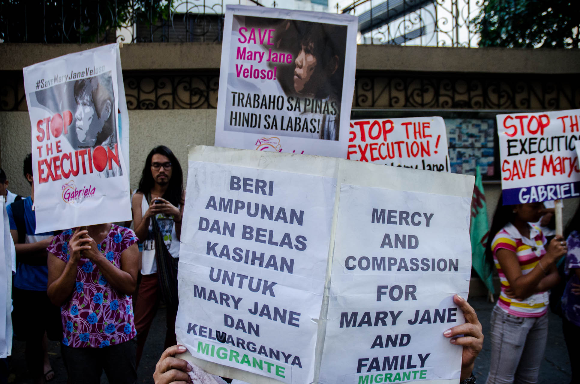 3-DAY VIGIL. Migrante International members stage a prayer vigil rally in front of the Indonesian embassy in Makati City on April 25, 2015 to call for President Jokowi stop the execution of Mary Jane Veloso. Photo by Mark Saludes/Rappler