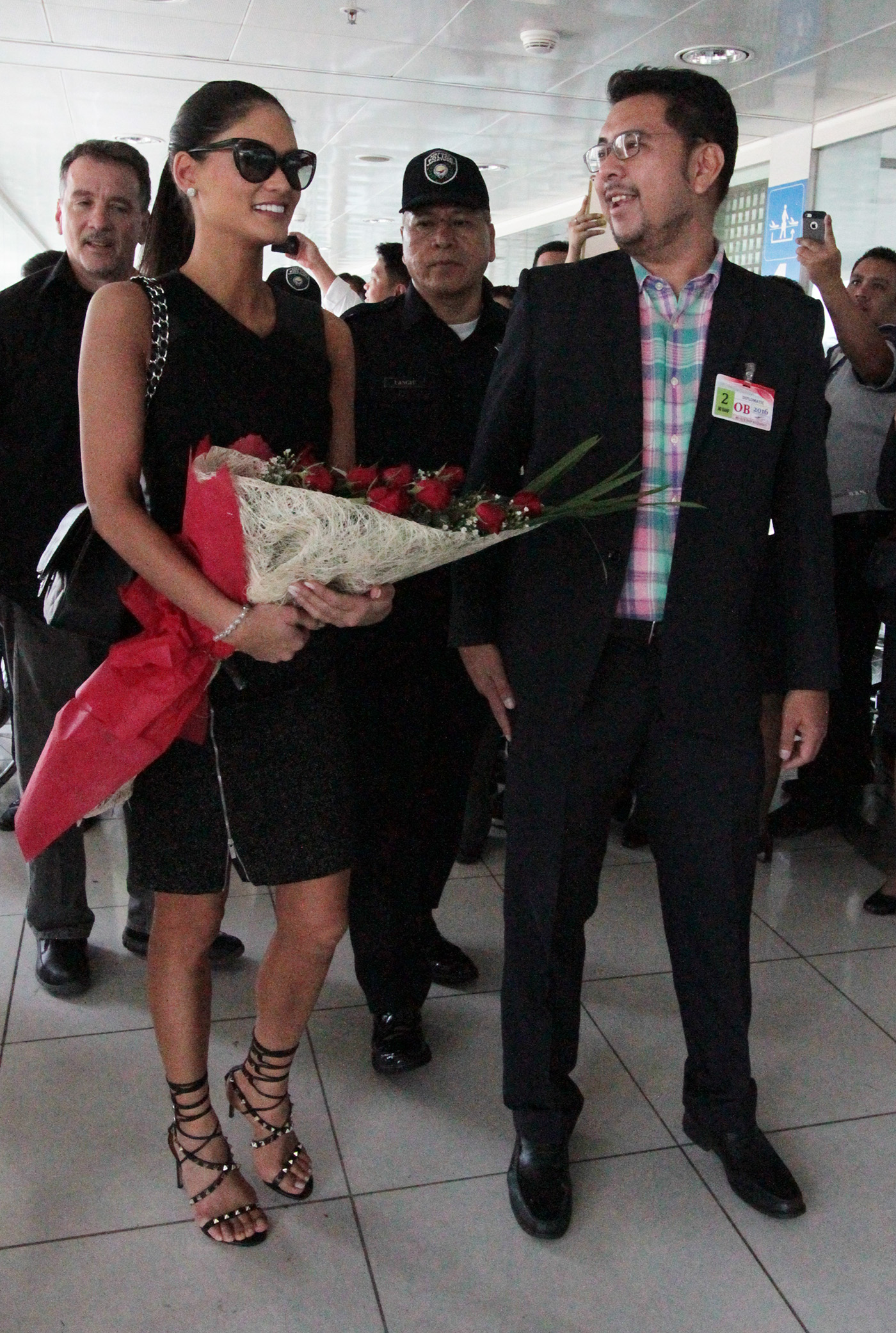 Pia is met by Bb Pilipinas spokesman Gines Enriquez. Photo by Jedwin Llobera/Rappler
