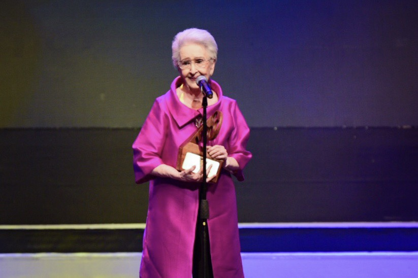 STILL GLOWING. Gloria Romero accepts her Best Actress trophy.