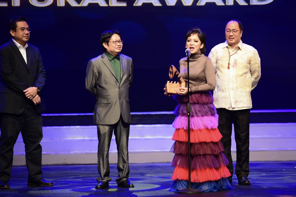 SPECIAL PRIZE. Harlene Bautista accepts the Gat Antonio J Villegas Cultural Award for 'Rainbow's Sunset.'