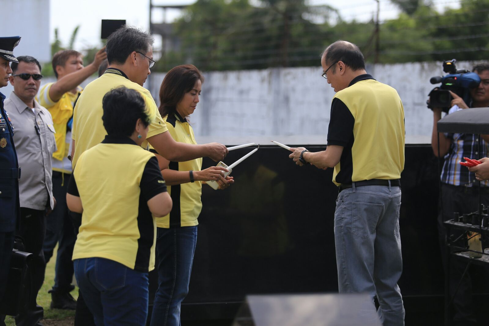 PRAYERS FOR JESSE. President Aquino, Mar Roxas and Leni Robredo visit the gravesite of the late Jesse Robredo in Naga City, February 12, 2016. Photo courtesy of Robredo campaign team.