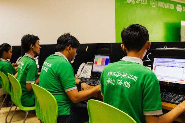 Tim Go-Jek bekerja di kantor mereka. Foto dari go-jek.com