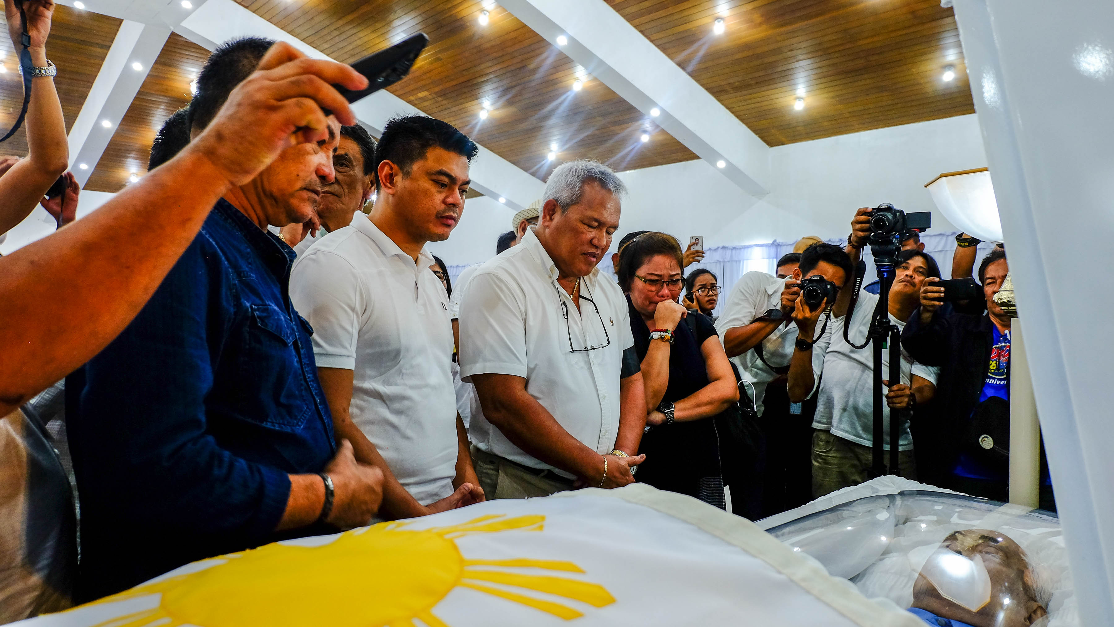 CAGAYAN DE ORO'S SON. Cty officials pay their respects to former Senate president Aquilino PImentel III, including Mayor Oscar Moreno (3rd from left) and Vice mayor Rainier Joaquin Uy to his right. Photo by Bobby Lagsa/Rappler