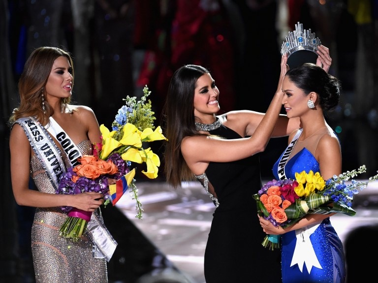 CORONATION. Miss Philippines 2015, Pia Alonzo Wurtzbach (R), reacts as she is crowned the 2015 Miss Universe by 2014 Miss Universe Paulina Vega (C) during the 2015 Miss Universe Pageant at The Axis at Planet Hollywood Resort u0026 Casino on December 20, 2015 in Las Vegas, Nevada. Miss Colombia 2015, Ariadna Gutierrez, was mistakenly named as Miss Universe 2015 instead of First Runner-up. Ethan Miller/Getty Images/AFP