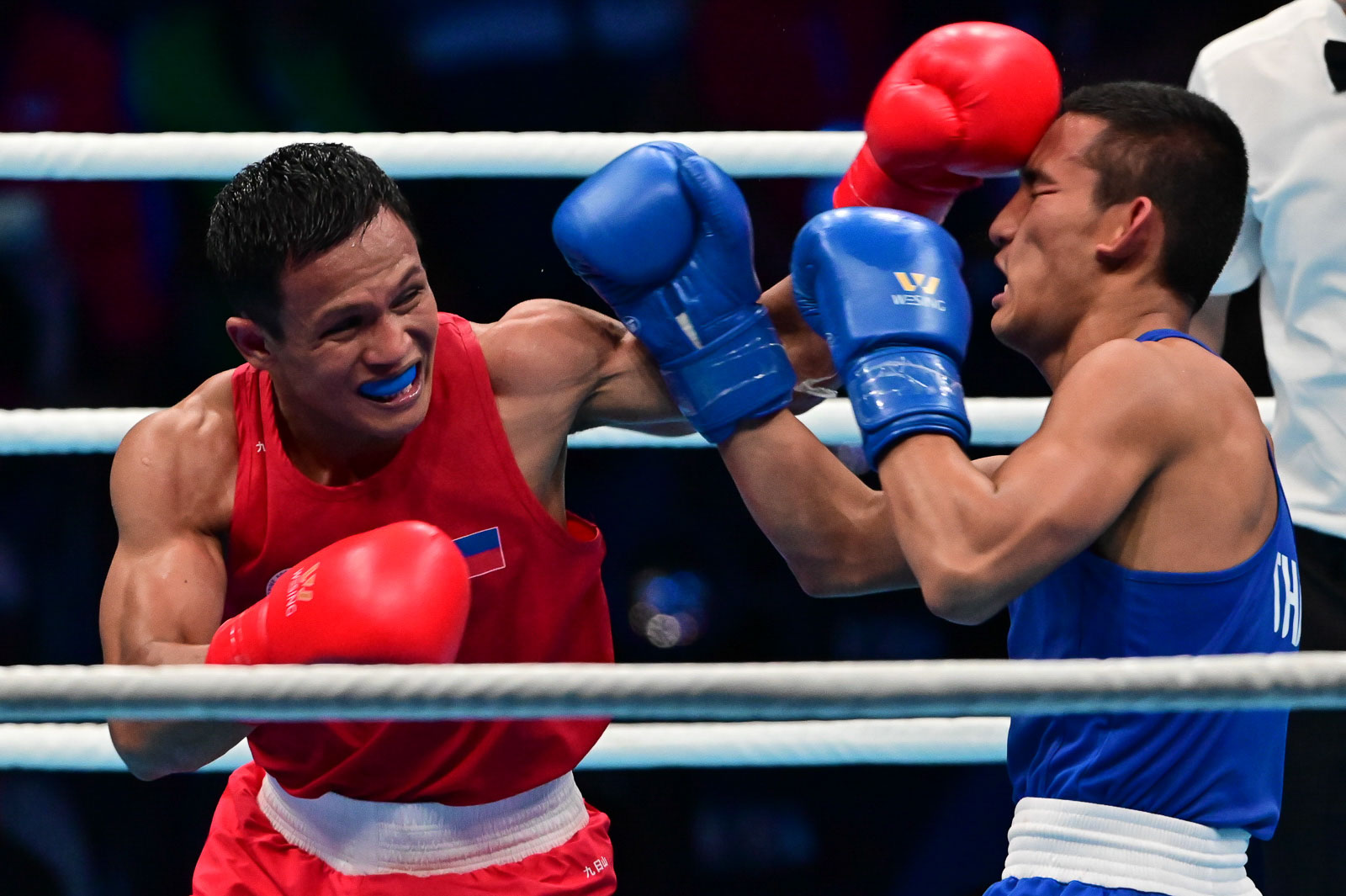 POWER. Charly Suarez stuns his Thai opponent Khunatip Pidnuch several times. Photo by Alecs Ongcal/Rappler