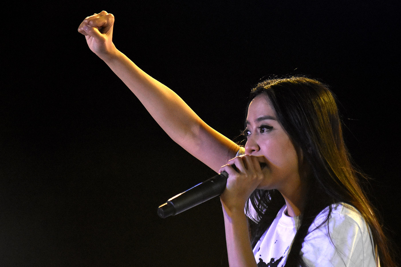 PDP-LABAN BET? Mocha Uson speaks to the crowd present at an April 2017 'Palit Bise' rally at the Quirino Grandstand. File photo by Angie De Silva/Rappler