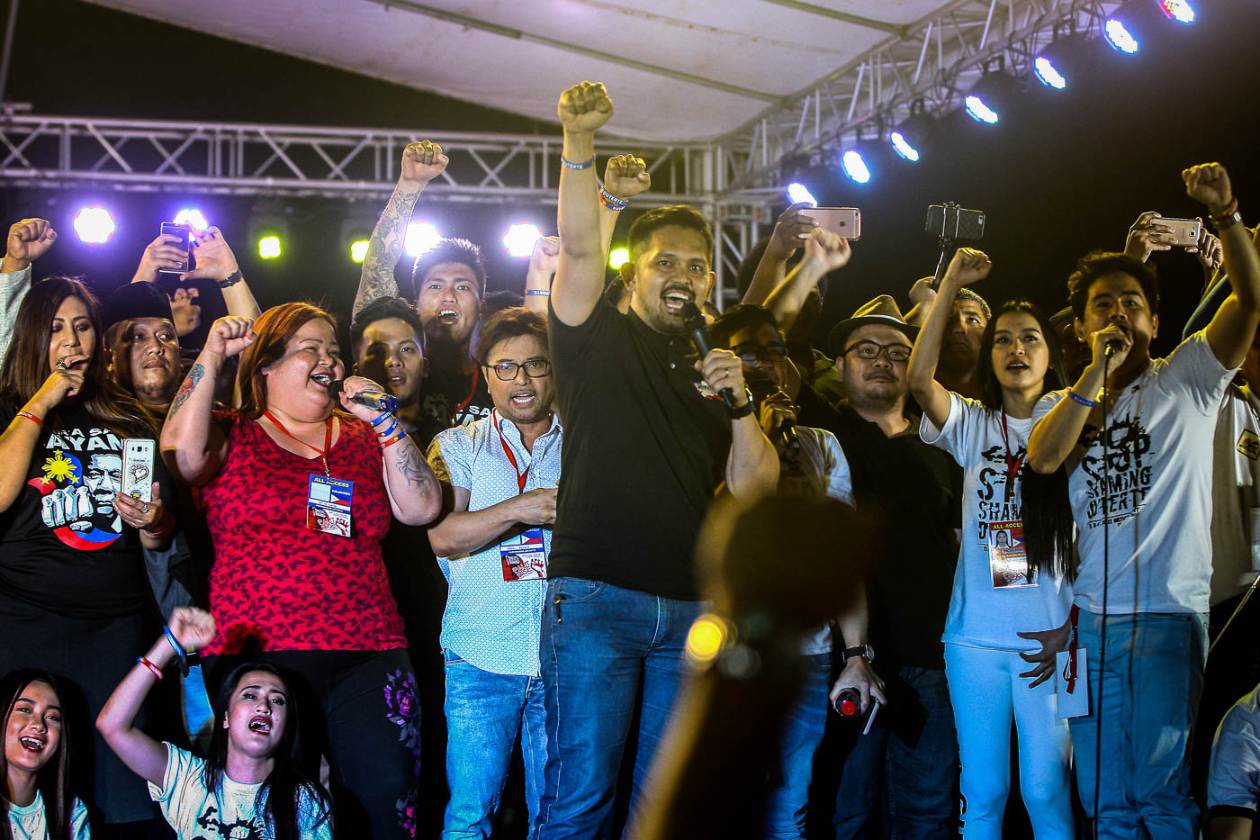 IMPEACH VP LENI TEAM. The Palit Bise rally was organized by several Duterte supporters, including singer and Philippine Amusement and Gaming Corporation official Jimmy Bondoc (R) and Arnell Ignacio (3rd L), blogger Mocha Uson (2nd R), actress Vivian Velez (L), and lawyers Bruce Rivera (C, hidden) and Greco Belgica (C). Photo by Ben Nabong/Rappler