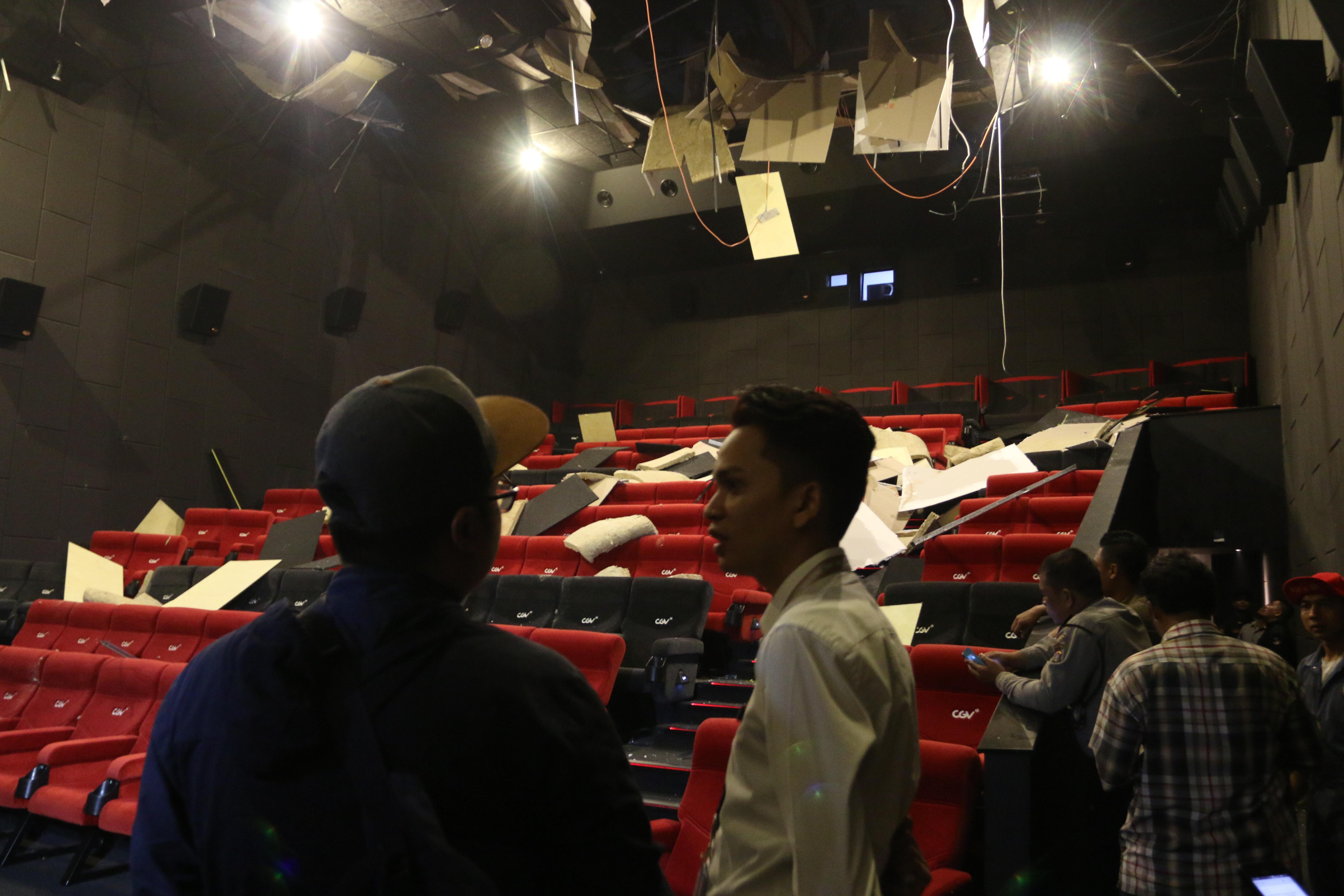 Polisi dan petugas mall berada di dalam gedung bioskop yang rusak akibat gempa berkekuatan 5,6 SR di Medan, Sumatera utara, pada 16 Januari 2017. Foto oleh Irsan Mulyadi/Antara