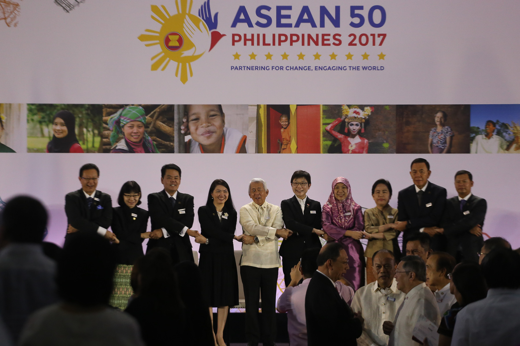 UNITY, COOPERATION. Foreign Secretary Perfecto Yasay Jr links hands with ASEAN diplomats. Photo by Manman Dejeto/Rappler