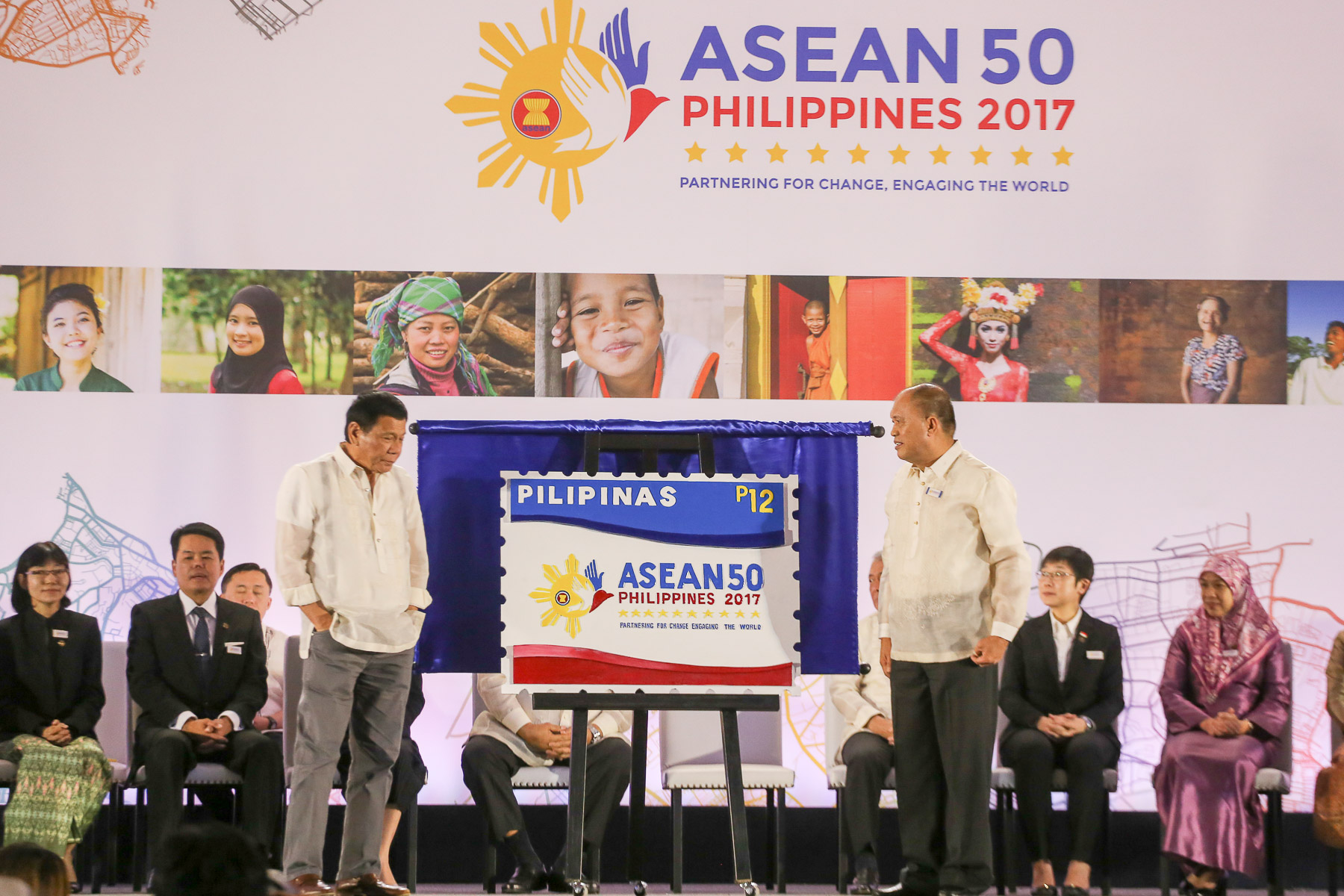 LEADING THE WAY. President Rodrigo Duterte and Postmaster General Joel Otarra unveil the ASEAN 2017 chairmanship limited-edition stamp. Photo by Manman Dejeto/Rappler