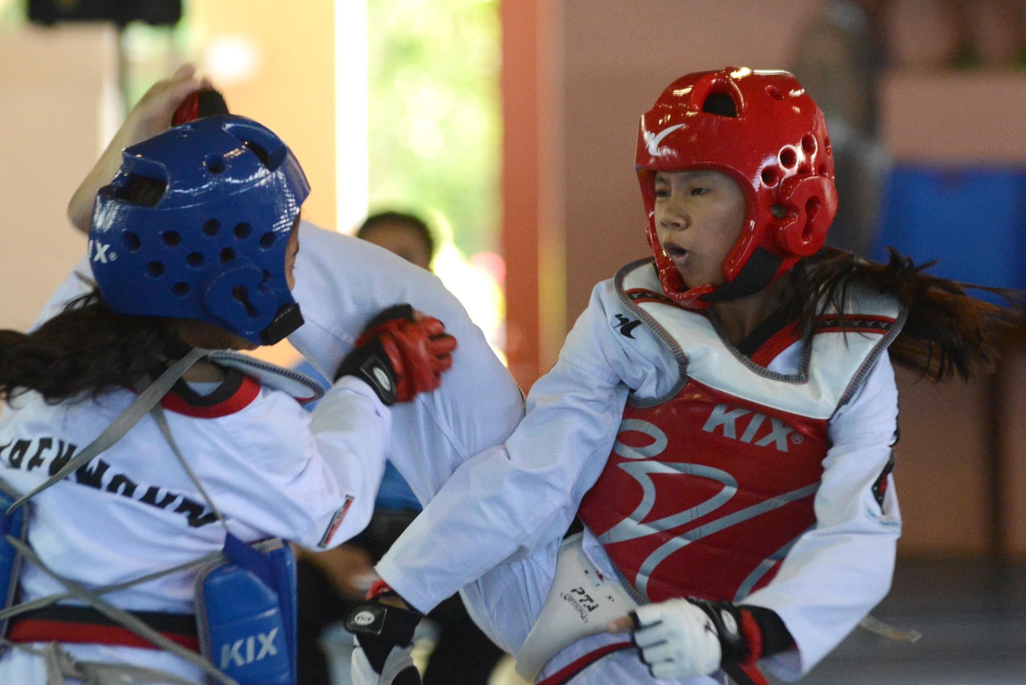 HEAD KICK. ARMM taekwondo jin Angelie Justin Betita (red) wins over Caraga's Ira Felicilda (blue). Photo by Roy Secretario/Rappler