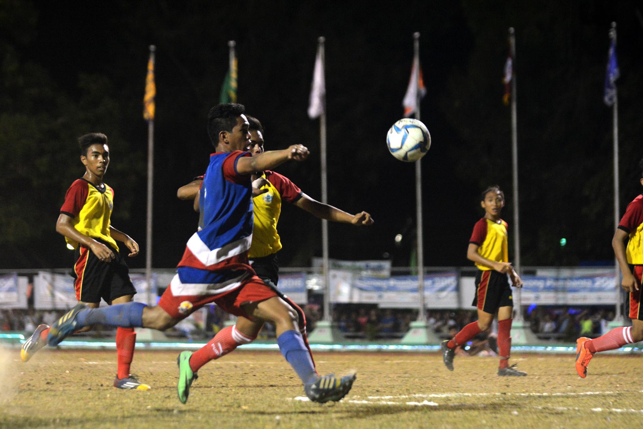 FOOTBALL DRAW. Bicol Region and Caraga battle to a 2-2 draw. Photo by Roy Secretario/Rappler