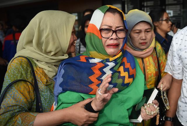 Mantan anggota DPR dari fraksi Hanura, Dewie Yasin Limpo (tengah) menangis usai mengikuti sidang dengan agenda pembacaan vonis di Pengadilan Tipikor Jakarta, pada 13 Juni 2016. Foto dari Wahyu Putro A/Antara