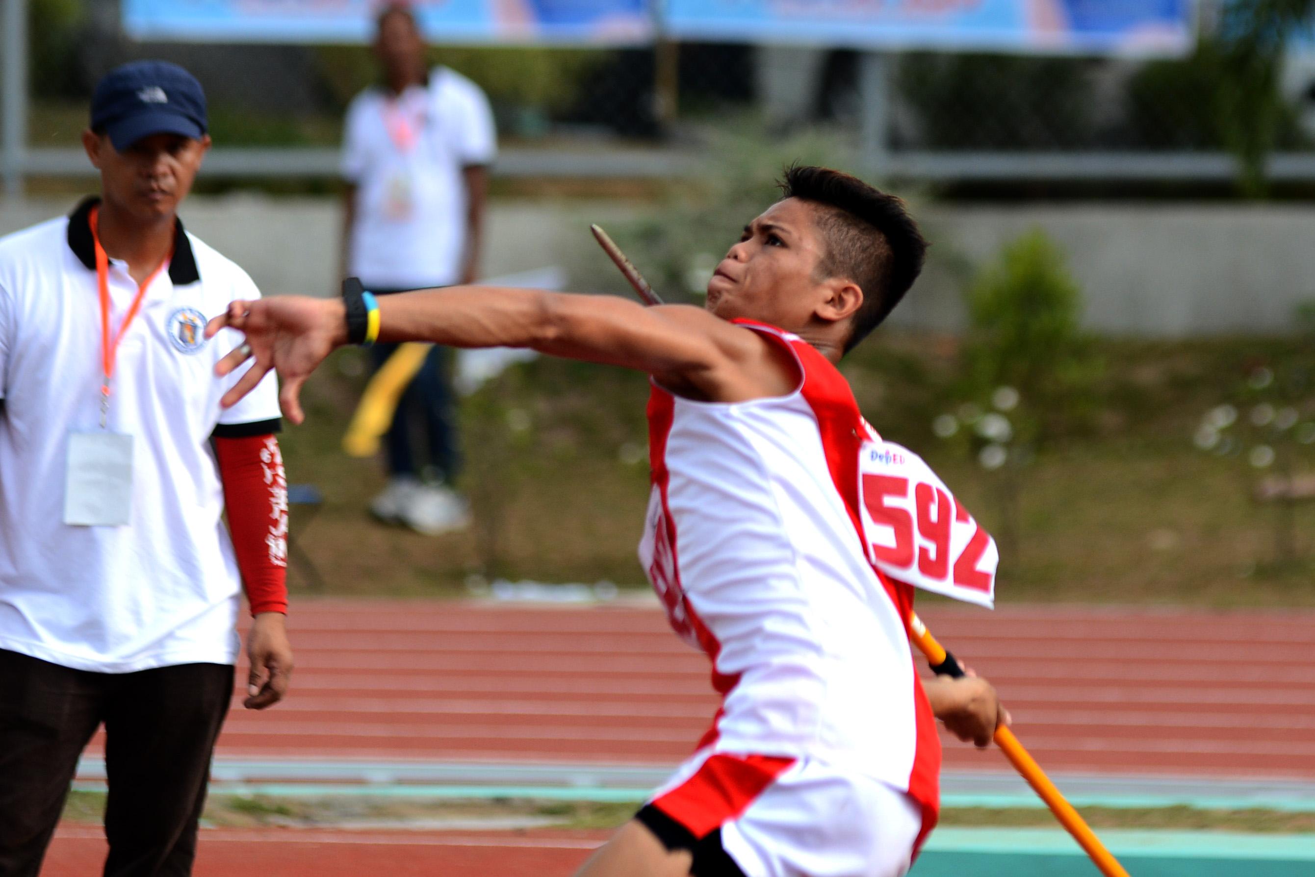 RECORD BREAKER. Calabarzon's Jerick Mendoza, 13, of Balibago Elementary School smashes the elementary boys javelin throw record with a 57.50-meter distance. Photo by Roy Secretario/Rappler