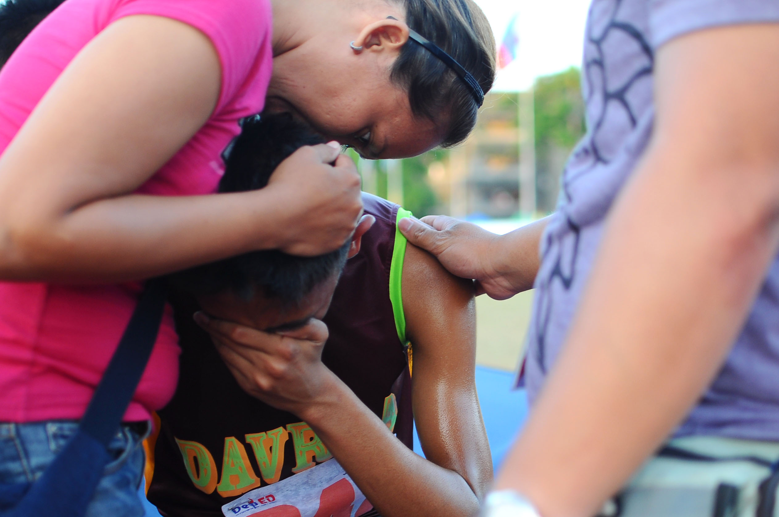 IN TEARS. 3,000-meter steeplechase silver medalist Germar Marcelo from DAVRAA cries and is comforted by her mom. Photo by Roy Secretario/Rappler