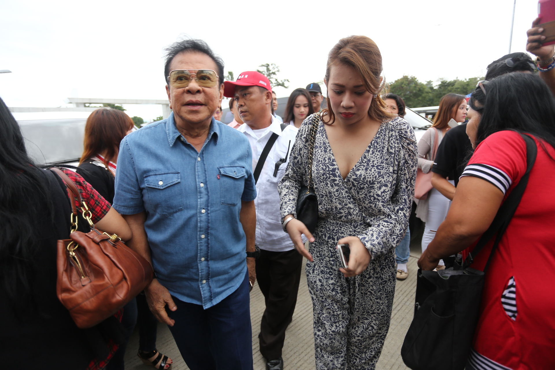 WHO'S WHO. Chavit Singson arrives at the Matina Enclaves in Davao City to meet with President-elect Rodrigo Duterte on May 16. Photo by Manman Dejeto/Rappler