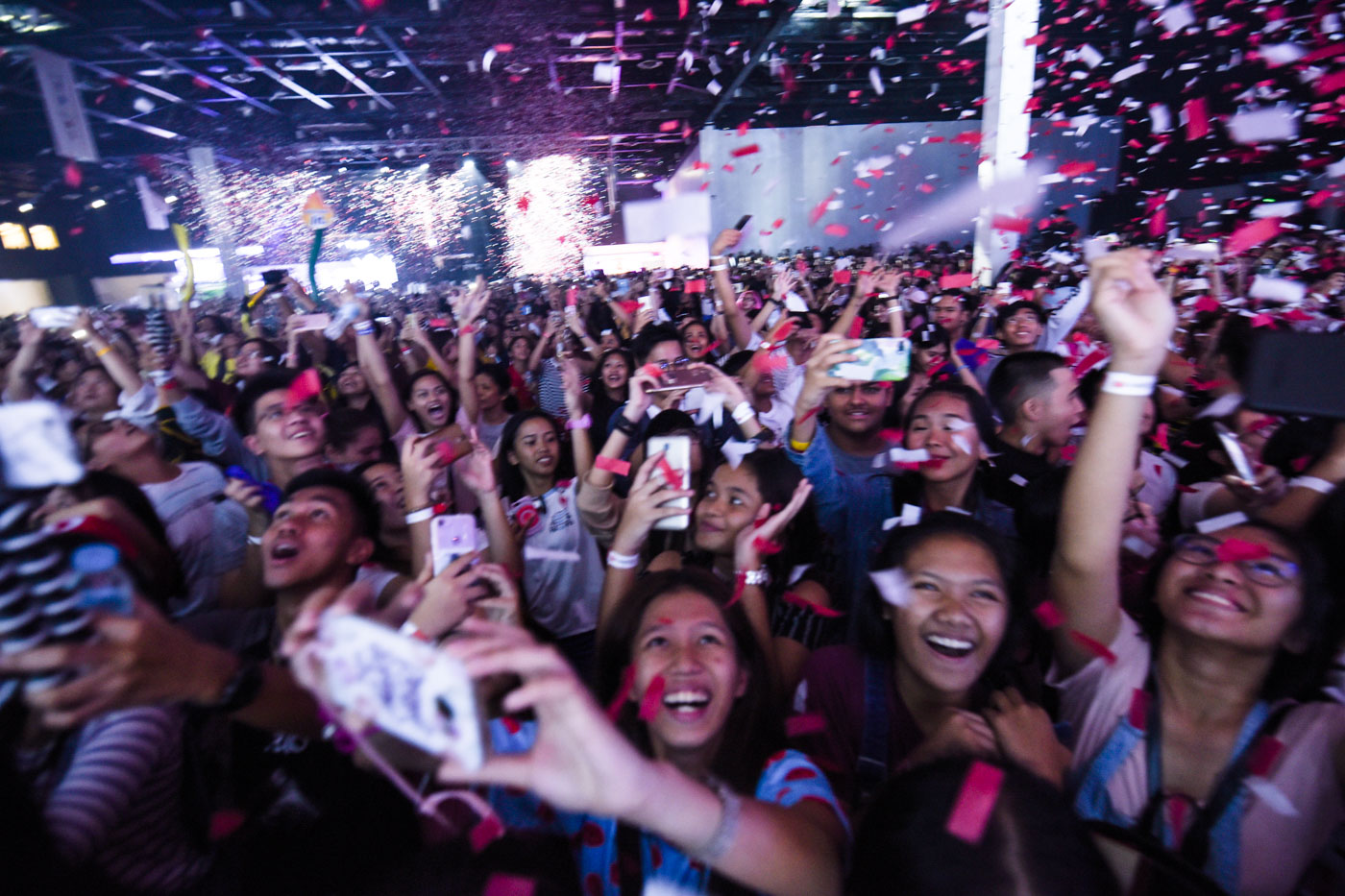 THAT'S A WRAP. Fans cheer during the YouTube Fanfest. Photo by Alecs Ongcal/Rappler
