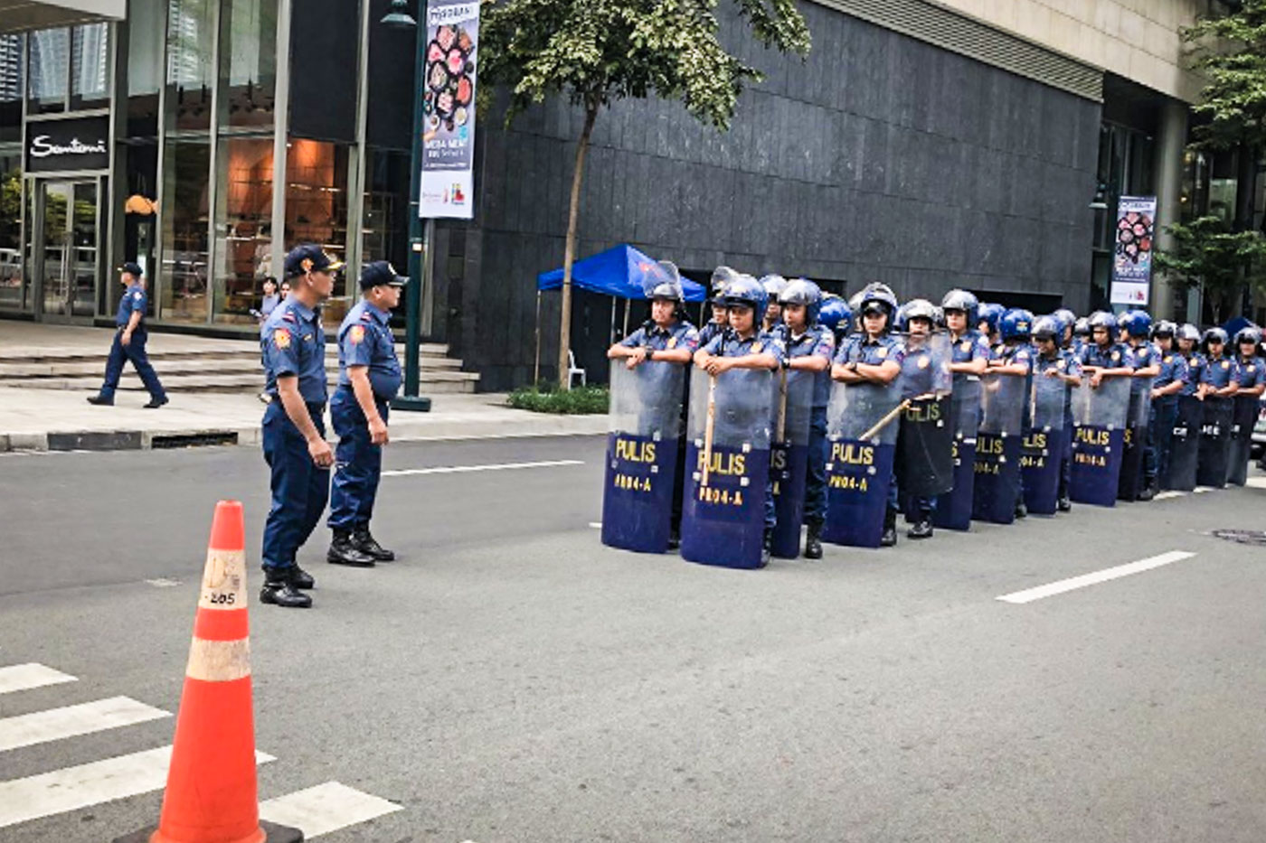 SECURITY MEASURES. Roads are closed, thousands of police personnel deployed for the state visit of President Xi Jinping. Photo by Sofia Tomacruz/Rappler