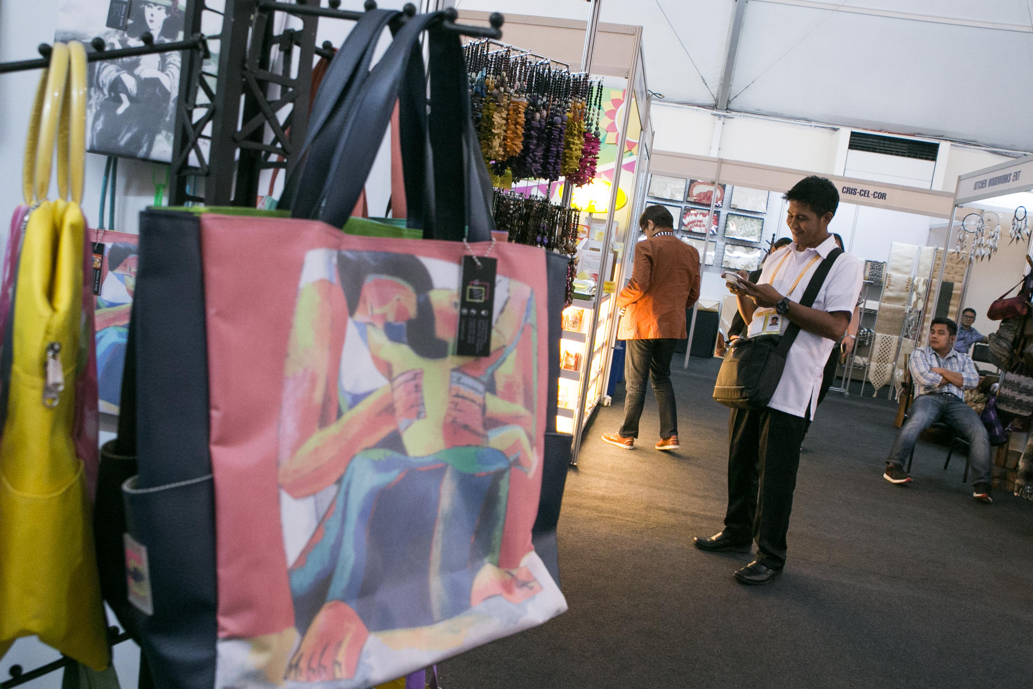 PAINTINGS ON BAGS. One of Basket Case's bags that showcase a Filipino painting. Founder Gigi Phua-Lim sells the bags at reasonable prices to make art accessible to the public. Photo by Pat Nabong/Rappler