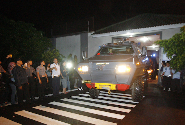 TRANSFER. Armoured police vehicles transporting Mary Jane Veloso to Nusakambangan Prison leaving the Wirogunan prison in Yogyakarta, 24 April 2015. Photo by EPA
