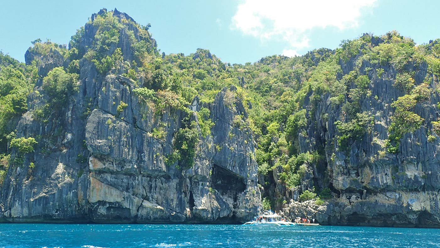 ROCK FORMATIONS. Gigantes has towering karsts amid turquoise waters. Photo by Claire Madarang/Rappler