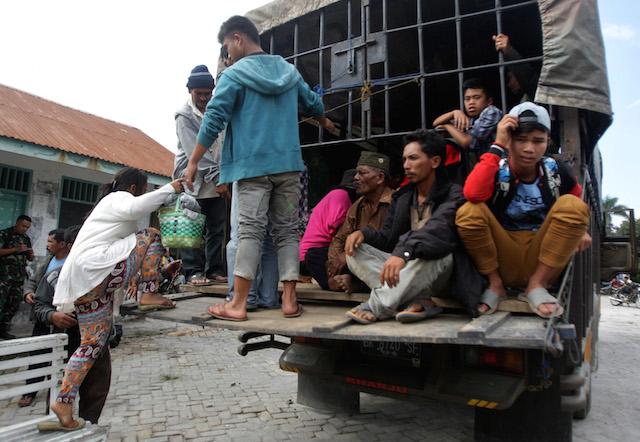 EVACUEES. Residents leave Tiga Pancur village during an evacuation in Karo, North Sumatra, on June 3, 2015. Photo by Dedi Sahputra/EPA
