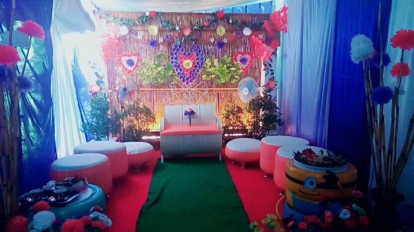 Penampakan dekorasi pernikahan dengan kursi pelaminan dari bekas drum minyak dan backdrop dari limbah pertanian. Kursi tamu dibuat dari ban bekas dilapisi limbah busa.u00a0Foto oleh Irma Muflikah/Rappler