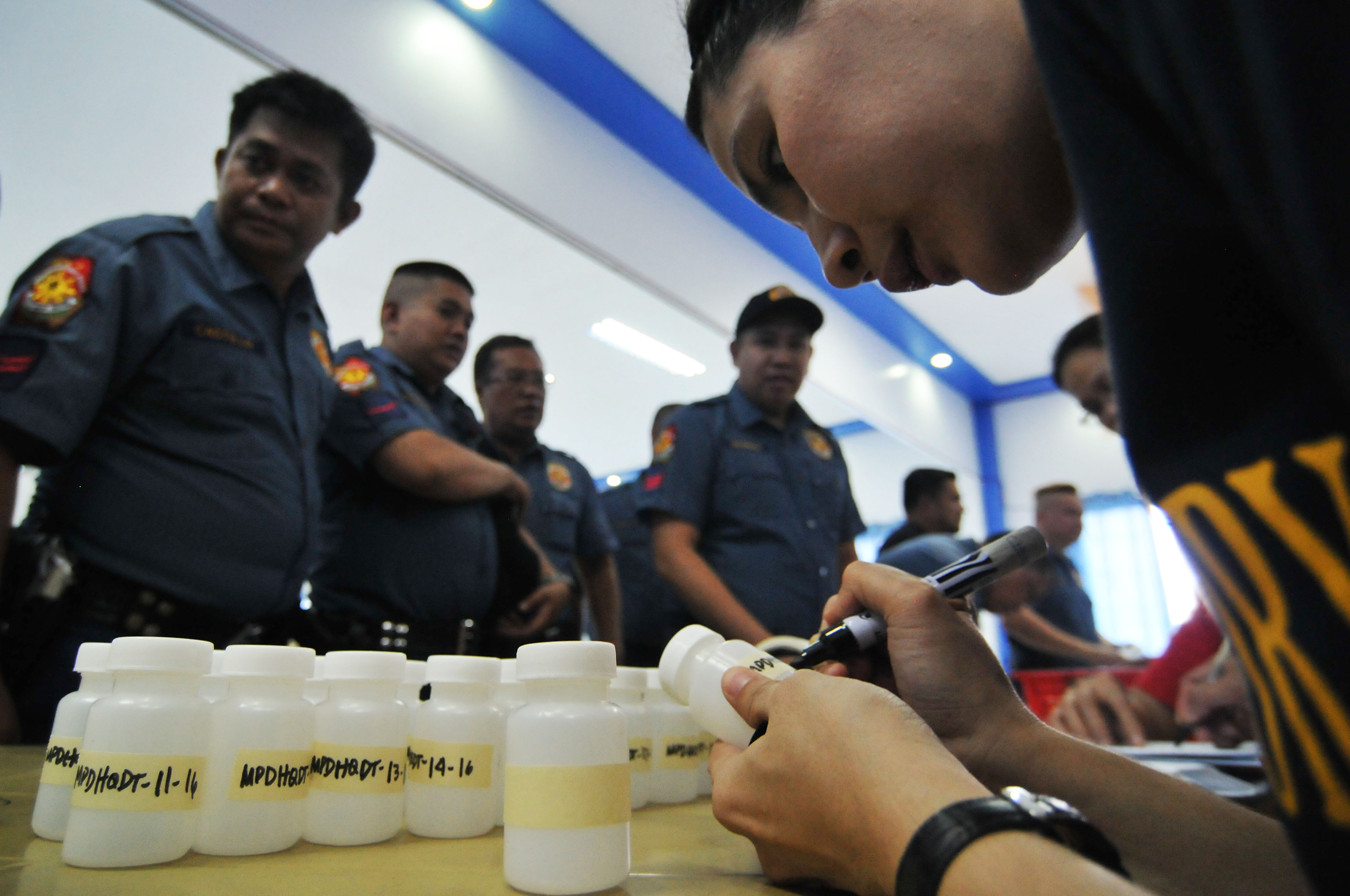 INTERNAL CLEANSE. Members of the Manila Police District queue for canisters as they undergo a random drug test at the MPD headquarters in Manila on Friday, July 1, 2016. File photo by Ben Nabong/Rappler